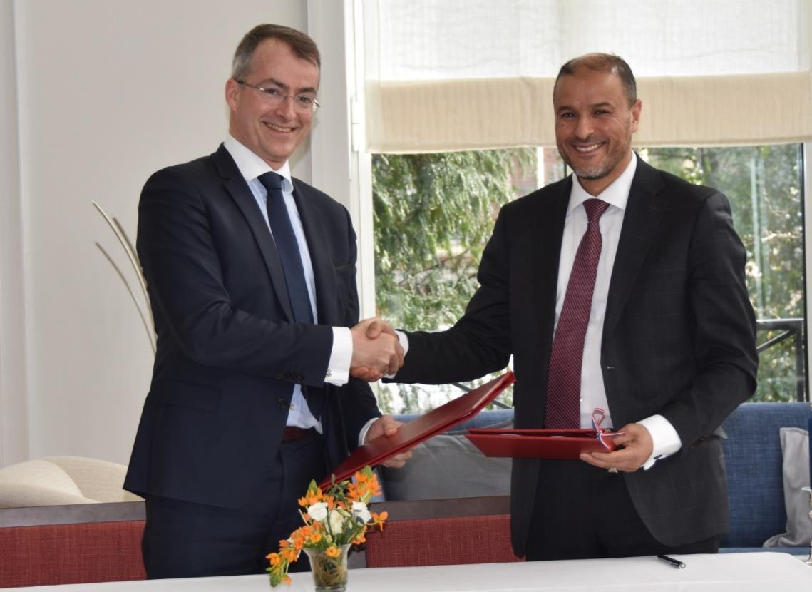 Ondertekening van het MvO door de heer Sarraz en de heer Bachri voor Thales in Nederland